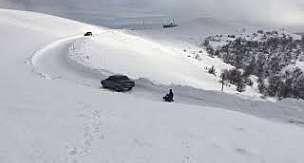 Samsun Vezirköprü Tavşan dağında gençlerin arabaya bağladıkları kızakla eğlenmeleri